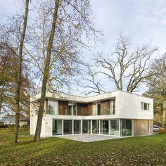 De lamellen in padoekhout aan de gevels maken van het moderne ontwerp een warme woning.