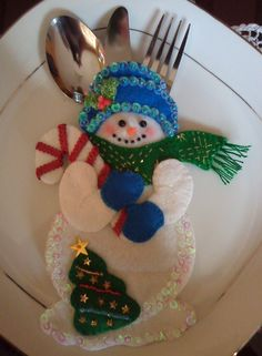 Porta cubiertos de Muñeco de Nieve (ditch the tree and candy cane, but super cute idea) Snowman Crafts, Christmas Projects, Felt Crafts, Holiday Crafts, Felt Christmas Ornaments, Christmas Snowman, Christmas Holidays, Christmas Sewing, Handmade Christmas