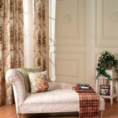 The classic beauty of KARELIAN Ryoma collection has romantic reminiscences and creates a unique atmosphere of elegance and personality.