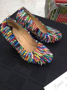 Zipper tabs applied to shoes. Weird Fashion, Diy Fashion, Ideias Fashion, Fashion Shoes, Fashion Design, Paper Fashion, Unique Fashion, Funky Shoes, Crazy Shoes