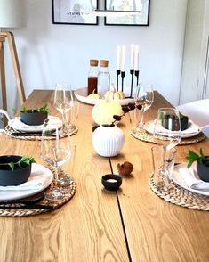 Natural Beauty! Dieser wunderschöne Holztisch braucht nicht viel um perfekt dekoriert zu sein. Tischsets aus Jute, wunderschönes Geschirr im Monochrome Look, feingeschliffene Gläser und die elegante Vase Hammershøi machen diese Tischdeko zu etwas ganz Besonderen! // Tischdekoration Esszimmer Esstisch Eindecken Ideen Holz Tischset #Tischdekoration #Esszimmer #Dekration @wollehochdrei