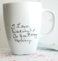 Pourquoi ne pas personnaliser une pièce de céramique destinée à un être aimé en y énumérant toutes les raisons qui motivent votre amour? Astuce: Utilisez la technique du Zendoodle pour écrire, ou bien encore achetez le stylo pour céramique en vente au Crackpot Café!
