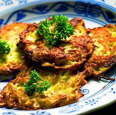 Mashed Potatoes Are Boring: These Onion, Cheddar & Bacon Potato Cakes Are Where It's At! Potato Fritters, Bacon Potato, Snack Recipes, Cooking Recipes, Potato Cakes, Potato Dishes, Budget Meals, Recipe Collection, Tandoori Chicken
