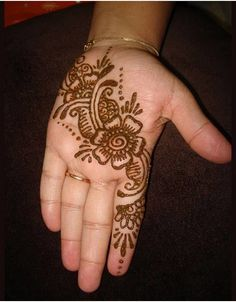We are have geometric shapes and earthy designs to decorate our hands with mehndi for a long time now. Here are some highly fancied round mehndi designs. Henna Hand Designs, Mehandi Designs, Mehndi Designs For Kids, Simple Arabic Mehndi Designs, Beautiful Henna Designs, Bridal Mehndi Designs, Hena Designs, Tattoo Designs, Simple Hand Henna