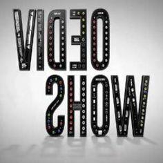 DÉCADA DE 80 • 1983: criação do Vídeo Show • 1987: primeira reformulação • 1988: o resgate da televisão brasileira   DÉCADA DE 90 • 1993: aniversário de 1. http://slidehot.com/resources/trabalho-de-marketing-analise-swot-macro-ambiente.46596/