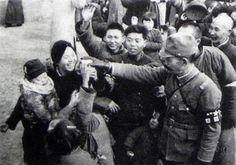 日本兵から菓子をもらって喜ぶ南京の家族 (1937.12.20撮影 朝日版支那事変画報1938.1.27刊)