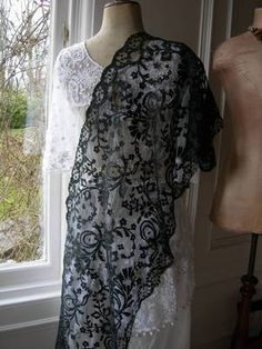 Black silk Blonde bobbinlace shawl, more often known as ret-fi.