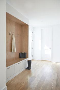 like: bench, sleek bins/drawers, wood on the inside. Modern Hallway, Modern Staircase, Architecture Design, Modern Kitchen Lighting, Mudroom Laundry Room, Modern Interior Design, Simple Interior, New York City, Decoration