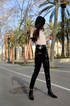 Vinyl pants are my very fav pants, so many outfits and all of them are very simple to create and so stylish, don't you think? Let me know what do you think pazhalabirodriguez.com/ INSTAGRAM: instagram.com/pazhalabirodriguez/ LOTS OF LOVE! #blogger #newpost #santiago #chile #barcelona #madrid #vintage #helsinki #effortless #scandinavian #trends #streetsyle #minimalism #tee #vinylpants