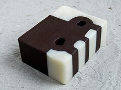 Translation from the blog: When a friend asked if I was able to make some soaps based on the work of the great Basque sculptor Eduardo Chillida, I did not think twice and I accepted the challenge.  Also, as she'm in love with your work.  I changed the iron, stone and paper by fats, oils, soda and imagination.  They Olive, Coconut, Cocoa Butter, Calendula oleate, Avocado and Palma.  Goat milk instead of water. Rosemary and Mint for flavorings.