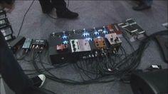 La pedalboard de Gilmour, aquí con un par de efectos sobre ella, de los cuales me llama la atención el Delay T-Rex Réplica.