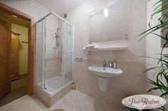 Pokój nr 4 - łazienka: WC, prysznic, umywalka, suszarka, ręczniki  http://www.podreglami.pl/zakwaterowanie/pokoje-2-osobowe.html