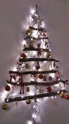 Arvore de natal feito com troncos mortos. Arte: Sylvia Antas
