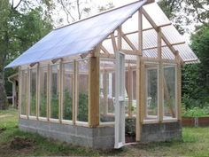 Pretty greenhouse ideas greenhouselife small urban garden and greenhouse ideas Diy Greenhouse Plans, Cheap Greenhouse, Backyard Greenhouse, Greenhouse Wedding, Portable Greenhouse, Back Gardens, Small Gardens, Pergola, Growing Plants