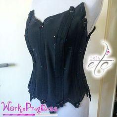 Bientôt le tuto couture du corset Bouton de rose par CRÉAetc - www.crea-etc.net ••le corset 'un p'tit bouton de rose'  •• #couture #tuto #diy #creaetc #creamadame #corset #petalesderose #boutonderose #fashionphotography #sewing #sewingart #fashion #bustier #petale #voiledepetale #reflet #enrougeetnoir
