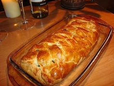 Plăcintă cu carne Echipa Bucătarul.tv vă oferă o rețetă gustoasă de plăcintă cu carne și ciuperci. Această mâncare este ideală atunci când doriți să preparați ceva rapid și delicios. Puteți servi această plăcintă la prânz, cină sau chiar mic dejun. Este gustoasă atât caldă, cât și rece, este aspectuoasă, umplutura suculentă, iar aluatul fraged. Încercați neapărat această rețetă, …