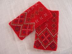 röd mudd by EvaL8, Beautiful beaded wristwarmers.  (no pattern)