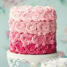 Zuckersüßer Hingucker auf der Kaffeetafel: Torte mit Buttercreme-Rosen im Ombré-Look