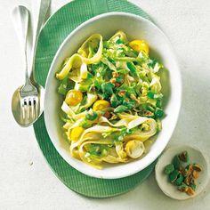 Mit Nudeln und gelben Kirschtomaten wird aus Spitzkohl ein schnelles Feierabend-Gericht. Die Wasabi-Erdnüsse sorgen für einen spannenden Kontrast zur sahnigen Soße. Zum Rezept: Bandnudeln mit Spitzkohl