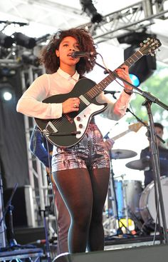 ms lianne la havas - singing live and not afraid to show her thighs. love it