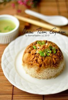 Baru sekali ini nyoba bikin sendiri, kemarin2 selalu beli :). Nasi tim ayam ato nasi bakmoy kalo suami bilang :). Yg ini dibikin sesuai sele...