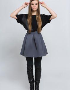 Wyjątkowa spódnica wykonana z oryginalnego materiału - pianki. Z tyłu zapinana na różowy suwak co nadaje jej jeszcze więcej oryginalności. Dzięki strukturze materiału i kroju spódnica nadaje sylwetce kobiecego i seksownego looku. Ukrywa wszelkie niedoskonałości :) Doskonała na wielkie wyjścia i poranną kawę :) Modelka - 170 cm wzrostu, rozmiar 36. Przepis prania: ręcznie w 30°C Skład: 100% poliester