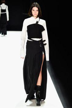 Auch Kendall Jenner lief für Vera Wang - streng und zugeknöpft wie eine Kriegerin. Der lange Schlitz am Bein lockert den Look auf.