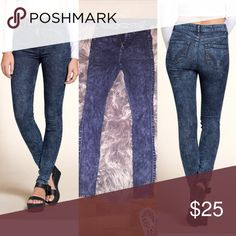 🆕Hollister HighRise acid wash skinny jeans!NWOT👖 Brand new without tags never worn size 0r hollister high rise dark wash acid wash skinny jeans! Exactly as shown in photos stretchy for a comfy fit🎉15% off bundles🎉 Hollister Jeans Skinny