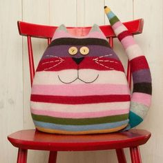 Examples of Decorative Pillow Models 18 - Patchwork - Cool Decorative Pillows Sewing Toys, Sewing Crafts, Sewing Projects, Fabric Toys, Fabric Crafts, Cat Crafts, Kids Crafts, Cat Pillow, Sweater Pillow