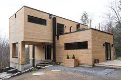 Los contenedores, tras dos semanas de trabajo, estaban listos para comenzar las obras. Lo primero que hizo Dubreuil fue cubrirlos con madera de pino para no tener que estar pintando cada año el exterior de su vivienda. (Foto: Facebook / Claudie Dubreuil).