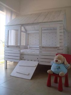For those who hesitate between building a pallet play-house for your children or make a pallet bed. I propose you this original solution which combines both ideas, the pallet bed-house! Pallet Crafts, Pallet Projects, Diy Projects, Project Ideas, Pallet Beds, Diy Pallet Furniture, Pallet House, Pallet Fort, Furniture Ideas