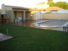 """CHICLANA, CÁDIZ Ref.2855  Alquiler de chalet en la urbanización """"Los Gallos"""". Dispone de tres dormitorios, salón con sofá cama, cocina, tres baños, porche cerrado, merendero y piscina privada de 8x4 m. Se encuentra bien situado, entre el pueblo y las #playaLaBarrosa y #playaSanctiPetri. En sus alrededores se pueden encontrar todos los servicios, incluyendo varios centros comercial conocidos.  #Chiclana #Cádiz"""