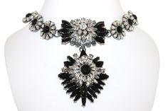 Donner du charme à vos tenues grâce à ce collier orné de cristaux, il viendra se nicher avec élégance au creux de votre cou pour un effet glamour incomparable.