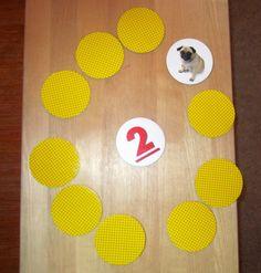2. Naapuriluvut Muistipelikortit, joissa on luvut 1-10. Kortit asetetaan rinkiin ja keskelle käännetään kuvapuoliylöspäin yksi kortti. Kortin päälle saa laittaa yhden isomman tai yhden pienemmän (eli naapuriluvun). Vuorollaan pelaajat kääntävät yhden korteista oikein päin, jos kortti sopii keskellä olevan luvun päälle sen saa pelata, muussa tapauksessa kortti jää pelaajan käteen. Kädessä olevia kortteja saa myös pelata omalla vuorollaan. Se voittaa, jolla lopuksi on vähiten kortteja kädessä.