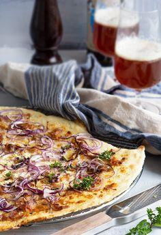 Flammkuchen - opskrift på den lækre tyske pizza med tynd bund Pizza Wraps, Food Crush, Snacks, Empanadas, Hawaiian Pizza, Vegetable Pizza, Food Inspiration, Foodies, Brunch