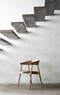 armstol i hvitpigmentert lakk med tresete Andersen furniture Ac2, Chair, Table, Furniture, Design, Home Decor, Recliner, Homemade Home Decor, Mesas