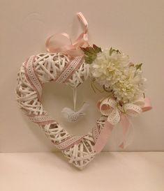 Cute hearts from newspaper tubes 0 Valentine Wreath, Valentine Day Love, Valentine Crafts, Wicker Hearts, Wooden Hearts, Magazine Crafts, Paper Weaving, Newspaper Crafts, Wedding Wreaths