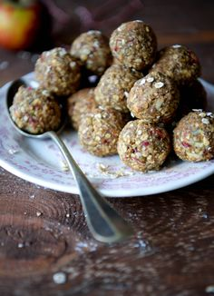 Æblekage kugler - sunde små snackkugler med smag af æblekage. Den perfekte sunde snack til madpakken. Nemme at lave og med kun ganske få ingredienser.
