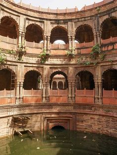 A fabulous stepwell in the small town of Dholpur. This elaborate circular well shaft leads through to a stepped well that descends through several levels and is flanked by sandstone colonnades. Water Architecture, India Architecture, Historical Architecture, Ancient Architecture, Beautiful Architecture, Places To Travel, Places To Visit, Udaipur India, Temple India