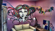 Na sala do apartamento de Jayme Matarazzo, o grafiteiro Marcelo Ment desenhou a cabeça de uma mulher com os cabelos multicoloridos Foto: Divulgação