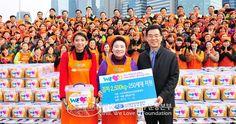 해마다 김장으로 이웃을 도와온 국제위러브유운동본부(장길자회장)의 '2012 다문화가정과 함께하는 어머니 사랑의 김장 나눔 대축제'가   서울 여의도공원 문화마당에서 열렸다.