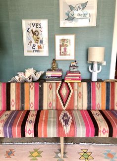 Bench upholstered with a vintage kilim rug Upholstered Bench, Living Spaces, Living Room, Mexico House, Sweet Home, Breakfast Nooks, Kilims, Crochet Motif, Buttercup
