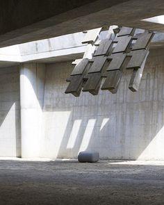 Juegos de luces y sombras en la arquitectura inacabada del cementerio de Igualada, una obra de Enric Miralles y Carme Pinós repleta de significados que a cada visita no hace más que asombrarme. Ahora a las 20h en la 2 de TVE, en el reportaje 'La mitad invisible' nos descubren algunos de sus secretos. #igualada #enricmiralles