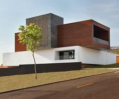 The imposing set of cubic volumes overlapping each other creates a striking modern dwellings in the Brazilian town of Londrina. This three level house has been designed by Studio Guilherme Torres for a young couple, in which the architect has dispensed traditional partitions and spaces.