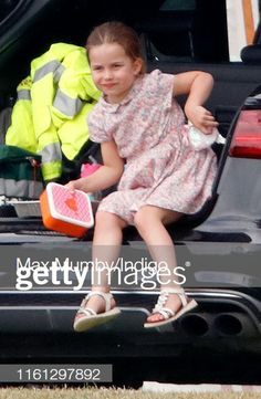 Princess Charlotte wears a unicorn purse in a family photo with Prince William, Prince George, and Prince Louis from a royal polo match earlier this month. Prince George Alexander Louis, Prince William And Catherine, William Kate, Duchess Kate, Duke And Duchess, Duchess Of Cambridge, Princesa Real, Prinz William, Mackenzie Foy
