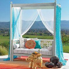 canapé tout confort décoré de polochon et coussins
