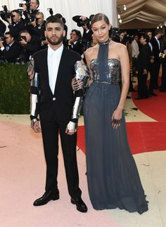 Зейн Малик (в Versace) и Джиджи Хадид (в Tommy Hilfiger)