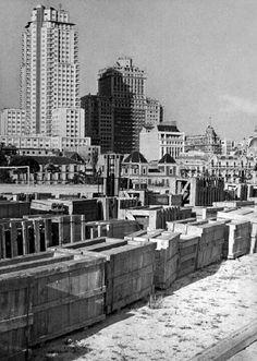 Piedras del Templo de Debod 1970 reconstrucción en Madrid al fondo se ve los edificios de la plaza de España y también el del museo con sus torres rematadas por el arquitecto Chueca Goitia