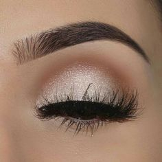 Gorgggg idea to have a little light brown halo of a crease on top of a glittery white lid!!