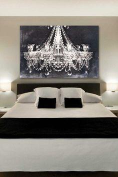 Над спальней в черно-белой гамме не властно время. Такая спальня создает драматичный контраст и выглядит эстетичной и привлекательной. Простота схемы и монохромность палитры создают уютное пространство, в котором можно бесконечно наслаждаться отдыхом и покоем. Черно-белая цветовая схема прекрасно работает в самых разных стилях, начиная от арт-деко и заканчивая минималистскими и современными пространствами